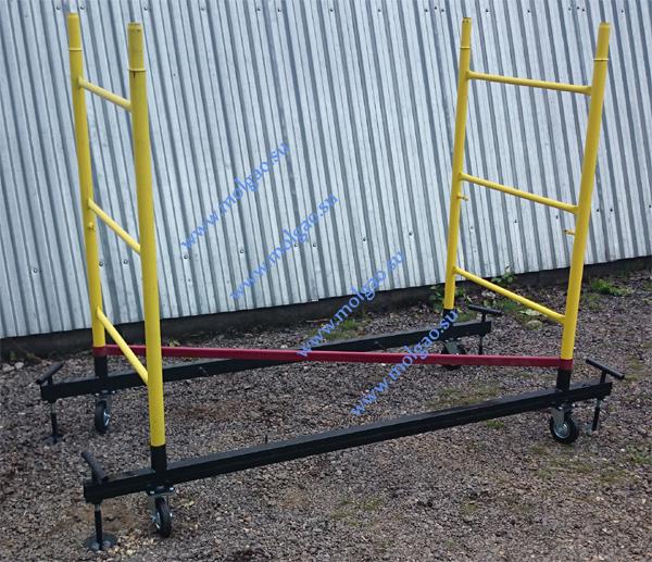 На параллельно установленные на расстоянии 74 сантиметра друг от друга балки базы (черного цвета) через объемную диагональ (красного цвета) устанавливается первый ряд лестниц секций (желтого цвета). Флажковые замки должны быть ориентированы друг на друга.