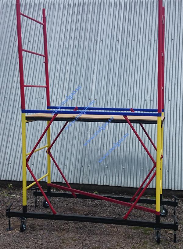 После того как необходимая высота вышки туры достигнута приступают к монтажу ограждения. Лестницы ограждения (красного цвета) устанавливаются на последний ряд лестниц секции как показано на фотографии.